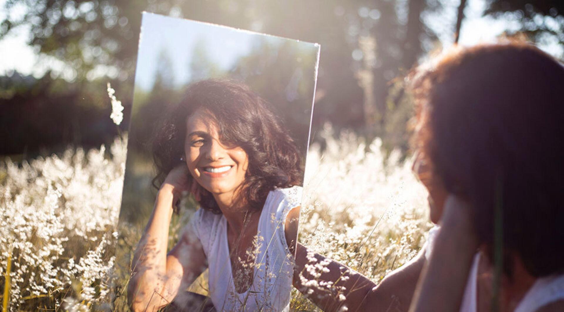 Spiegeltje, spiegeltje aan de wand… Wie voelt zichzelf eens aan de tand?